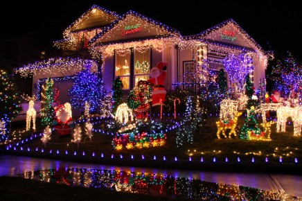 christmas-lights-on-house-dzlxtwlbc
